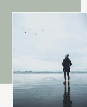 Keine Vision, Frau steht am Meer und blickt in den Himmel, Gedanken sortieren